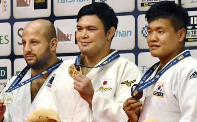 男子100キロ級で優勝し、金メダルを掲げるウルフ・アロン=中央(14日、ブダペスト)=共同