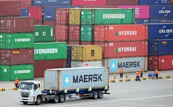 中国経済には貿易戦争がのしかかっている(青島港)=ロイター