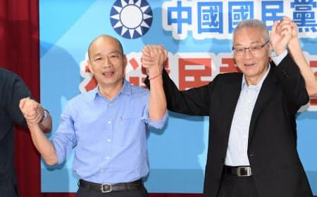 国民党の公認候補に内定し、記者会見で気勢を上げる韓国瑜・高雄市長(左)ら(15日、台北市内)=笹津敏暉撮影