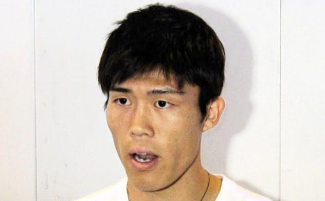 イタリアへの出発前、成田空港で取材に応じるサッカー日本代表の冨安健洋(15日)=共同