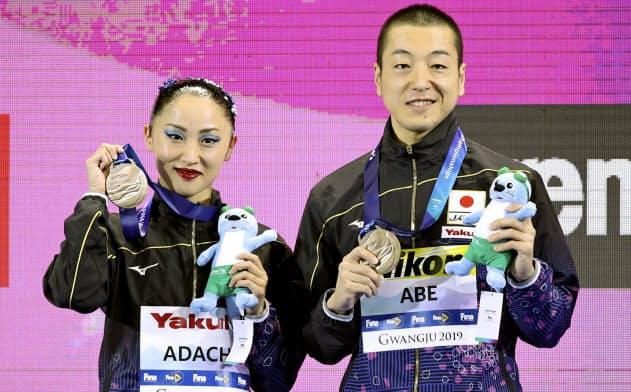 混合デュエット・テクニカルルーティンで3位となり、銅メダルを手に笑顔の安部(右)、足立組(15日、光州)=共同