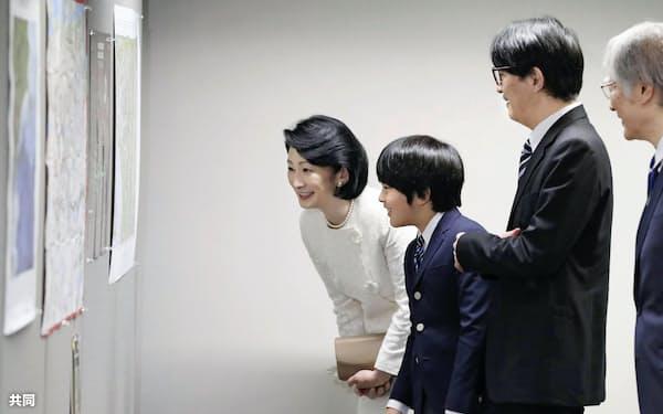 式典後、地図の展示を鑑賞される秋篠宮ご夫妻と長男悠仁さま(15日午後、東京都江東区)=代表撮影