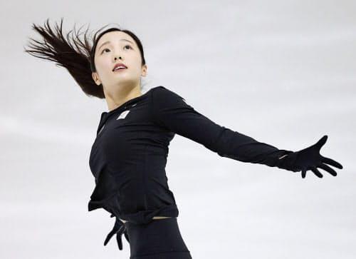 強化合宿で練習する本田真凜(15日、中京大アイスアリーナ)=共同