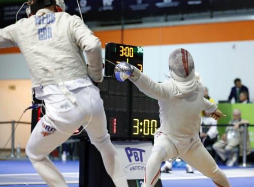 男子サーブル個人予選 英国選手(左)を攻めるストリーツ海飛(15日、ブダペスト)=共同