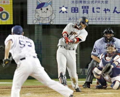 11回巨人無死三塁、亀井が右中間に2点本塁打を放つ。投手五十嵐、捕手中村(15日、長野)=共同