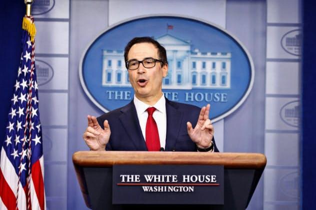 15日、ホワイトハウスで記者会見するムニューシン財務長官=AP
