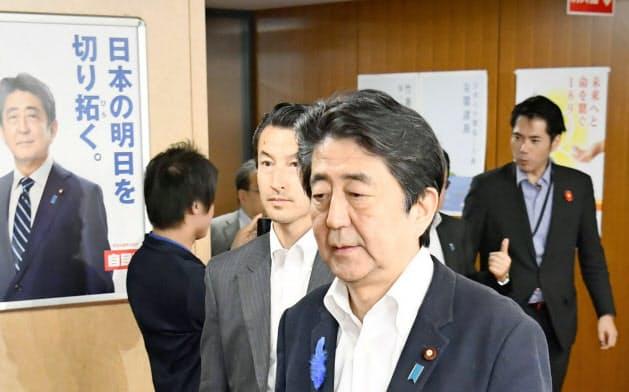 党本部での協議を終え、引き揚げる自民党総裁の安倍首相(15日夜、東京・永田町)=共同