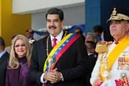 ベネズエラのマドゥロ大統領(中)(5日、カラカス)=ロイター