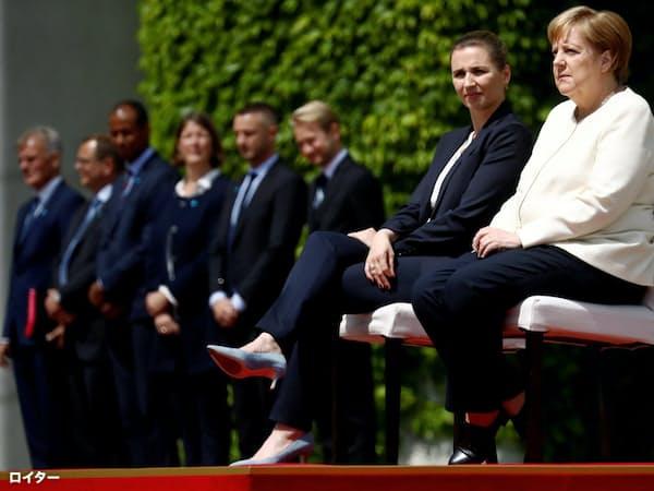 デンマークのフレデリクセン首相の歓迎式典で、メルケル氏は国歌が流れても着席したままだった=ロイター