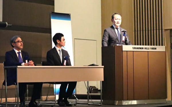 日本ベンチャーキャピタル協会の新会長に就任しあいさつする赤浦氏(右)と前会長の仮屋薗氏(中)、新会長の中野氏
