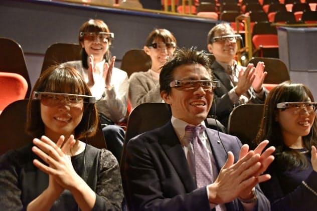 劇団四季が「ライオンキング」で採用したセイコーエプソンのスマートグラス「モベリオ」(写真は観劇のイメージ)