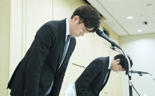 記者会見で頭を下げるビットポイントジャパンの小田社長(左)ら(16日、東京都千代田区)