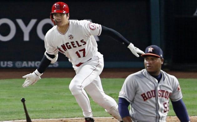アストロズ戦の3回、二直に倒れるエンゼルス・大谷。投手バルデス(15日、アナハイム)=共同