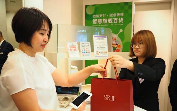 阪急うめだ本店では、ウィーチャットで購入していた化粧品を店舗ですぐに受けとれるサービスを始めた