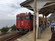 人気観光列車が停車する下灘駅(愛媛県伊予市)