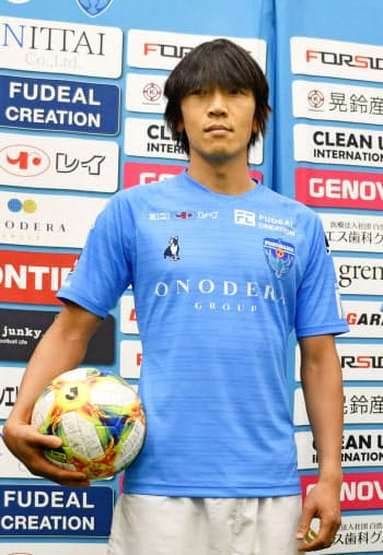 記者会見で撮影に応じる、J2横浜FCに移籍加入した中村俊輔(16日、横浜市)=共同