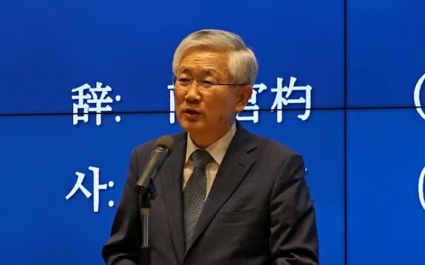 有識者会議であいさつする南官杓・駐日韓国大使(16日、東京都港区)