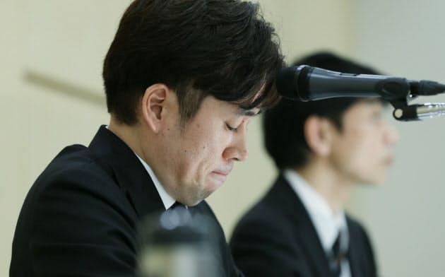 記者会見で唇をかむビットポイントジャパンの小田社長=左(16日、東京都千代田区)