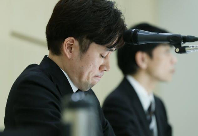 記者会見で唇をかむビットポイントジャパンの小田社長(左)(16日、東京都千代田区)
