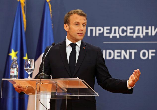 15日、記者会見するマクロン仏大統領(ベオグラード)=ロイター
