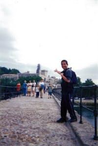 好奇心が高じて、世界中を旅して回った。南フランスのアビニョンにて。