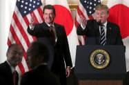 ハガティ駐日米大使(左)はトランプ米大統領(右)と良好な関係で知られる(5月、東京)=ロイター