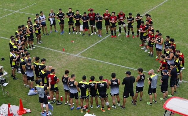 合宿で円陣を組むラグビー日本代表(16日、宮崎市)=共同