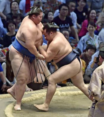 鶴竜(右)が寄り切りで逸ノ城を下す(16日、ドルフィンズアリーナ)=共同