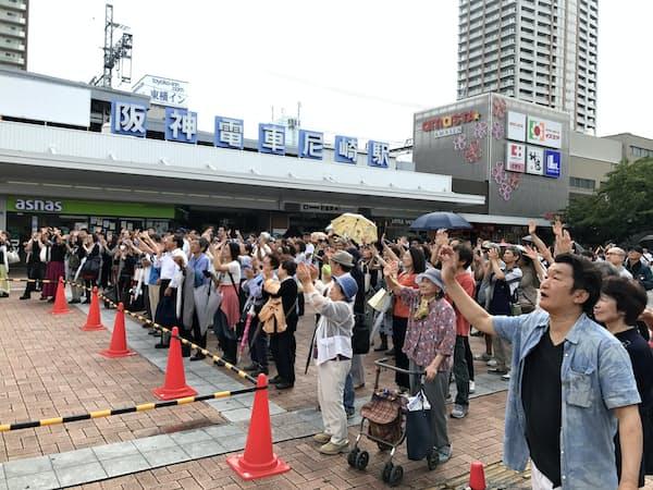 演説会場で手を振る支持者ら(兵庫県尼崎市)