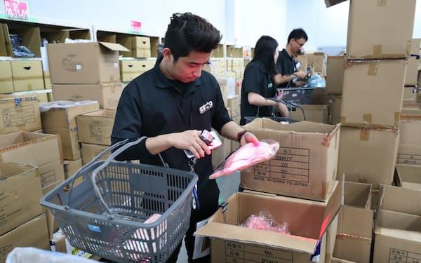 物流倉庫で、保管している商品を取り出すミャンマー人の技能実習生(兵庫県尼崎市)