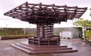 太陽光発電を利用して人工ミストを発生させる木製ベンチ「クール・ツリー」(名古屋市のブルーボネット)