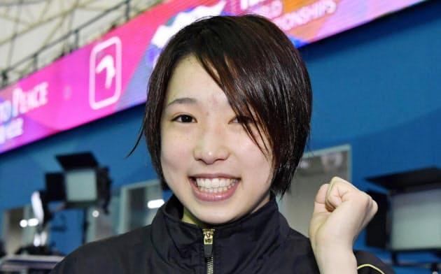 女子高飛び込みで決勝進出を決め、ガッツポーズする荒井祭里。東京五輪代表に事実上決まった(16日、光州)=共同