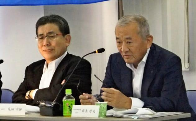 北越コーポレーションの岸本晢夫社長(右)は豪腕で知られてきた(2017年6月のアナリスト向け説明会)
