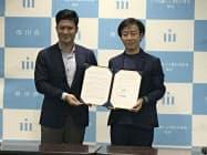協定を結んだ村越祐民市長(左)とサイボウズの青野慶久社長(市川市役所)