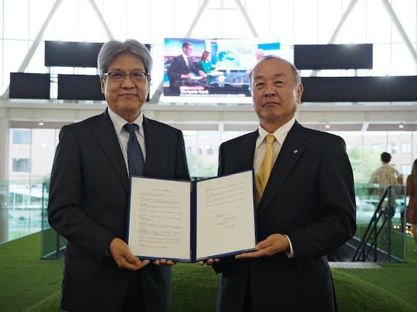 神田外語大の宮内孝久学長((右))とイオンの渡辺広之執行役が協定に署名した(16日、千葉市)