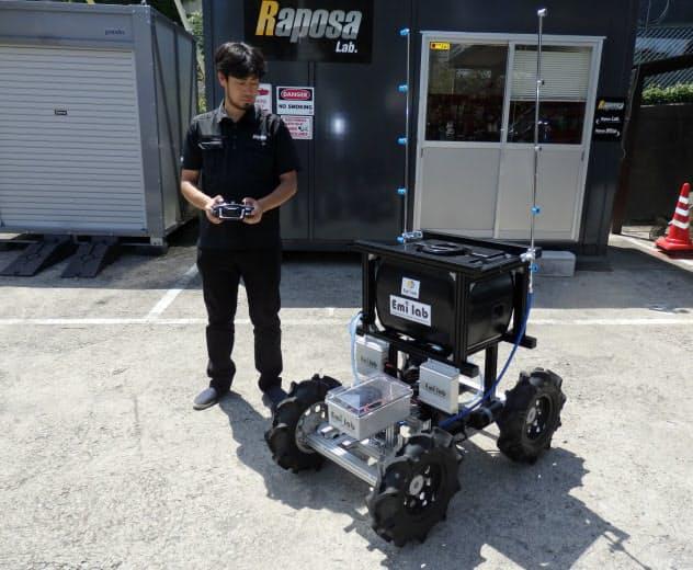 車両型ロボットを手元の操作機を使って動かす