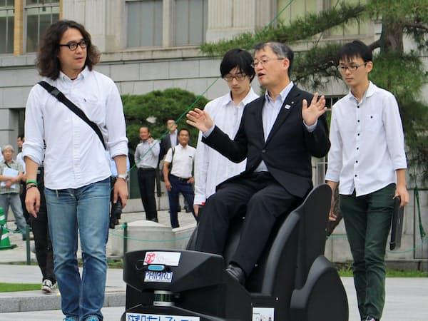 パーソナルモビリティロボットに試乗する栃木県の岡本誠司副知事