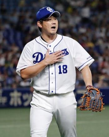 5回、阪神2死二、三塁のピンチを切り抜けベンチに戻る中日・松坂(16日、ナゴヤドーム)=共同