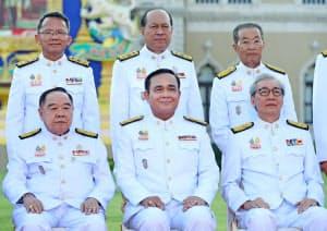 宣誓式を終え、写真に納まるプラユット首相(前列中央)と閣僚(16日、バンコク)=石井理恵撮影