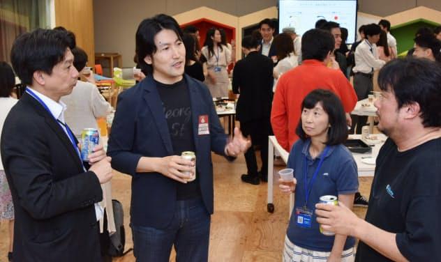 ヤフーのオフィスを使用したイベントで現役社員と交流する元社員の赤羽氏(左から2人目)=東京都千代田区
