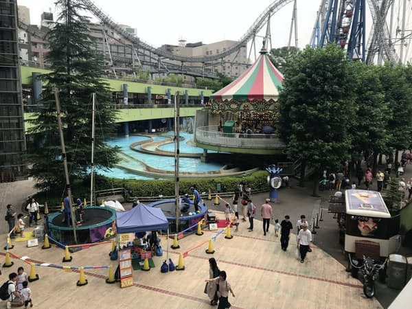 多雨と低温の影響によってレジャー施設の客足が低調(13日、都内の遊園地)