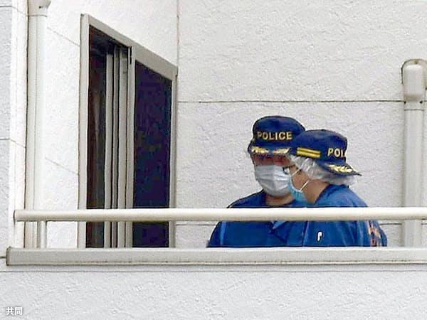 住人の男子高校生が男に襲われた住宅を調べる捜査員(16日午前、埼玉県蕨市)=共同