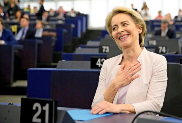 次期欧州委員長に承認され、笑顔を見せるウルズラ・フォンデアライエン独国防相(16日、ストラスブール)=ロイター