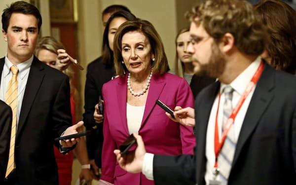 ペロシ米下院議長はトランプ大統領を非難する決議の取りまとめに奔走した(16日、ワシントン)=AP
