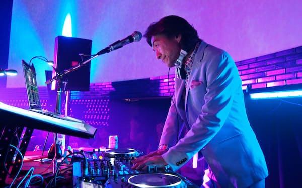 DJとしての長いキャリアのなかで「父親に認めてもらいたい」と思い続けてきたという(2017年、東京・恵比寿のイベントで)