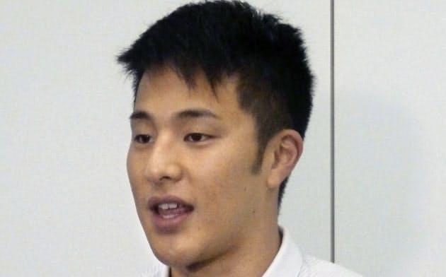 世界選手権への出発前に意気込みを語る競泳の瀬戸大也(17日、羽田空港)=共同