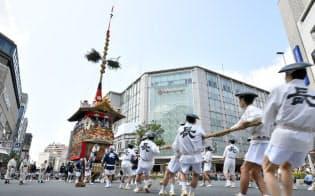 山鉾(やまほこ)巡行で勇壮な「辻回し」 京都・祇園祭前祭