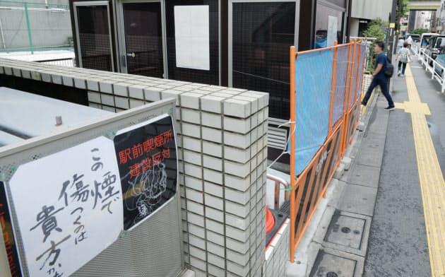 近隣住民の反対で設置後も立ち入り禁止の状態が続く屋外喫煙所(17日午前、東京都板橋区)