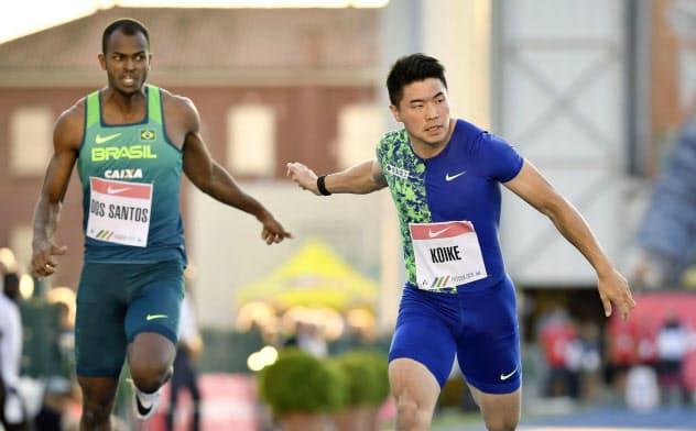 男子100メートル(タイムレース) 10秒11で2位に入った小池祐貴=右(16日、パドバ)=共同