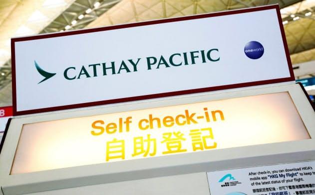 キャセイパシフィック航空の自動チェックイン機(香港国際空港)=ロイター